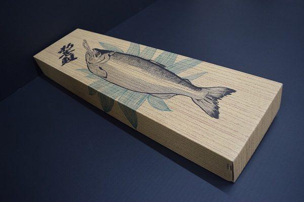 新巻鮭用 段ボールケース (木箱風デザイン)